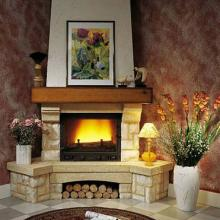 Șemineu de colț realizat din combinație de marmură roze Aurore du Portugal cu calcar Pierre du Gard, polița focarului este din lemn masiv de stejar.